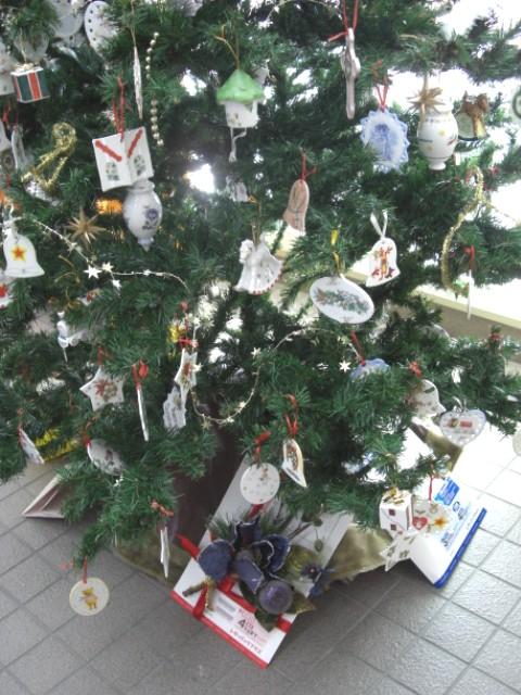 クリスマスツリー下部(郵便局入口側)